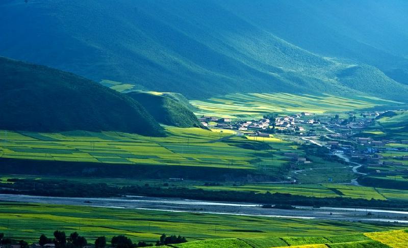 記者日前從青藏鐵路公司獲悉,今年10月中旬,格爾木至庫爾勒鐵路建設工程青海段全面開工建設。 據介紹,該鐵路建成通車後,從青海格爾木到新疆庫爾勒將由原來的26小時縮減至12小時。 格庫鐵路東起青海省格爾木市,西至新疆庫爾勒市,線路全長1213.9公里,建設標準為國鐵I級電氣化單線鐵路,設計時速每小時120公里,功能定位為客貨兼顧的鐵路幹線,其中青海境內505.