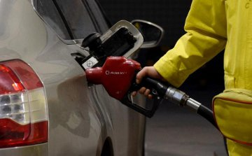 發改委:國內汽、柴油價格每噸分別降低250元和235元