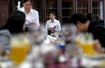 【精选】网红餐厅直播食客吃相引争议 对侵权式直播说不