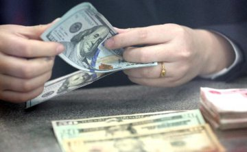在岸人民币对美元汇率开盘下挫逾400点