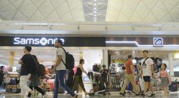 數日內近千航班取消 香港機場客運樓實施進出管制安排